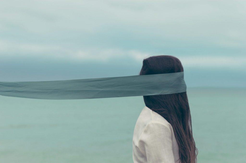 Woman blindfolded - Photo: Oscar Keys
